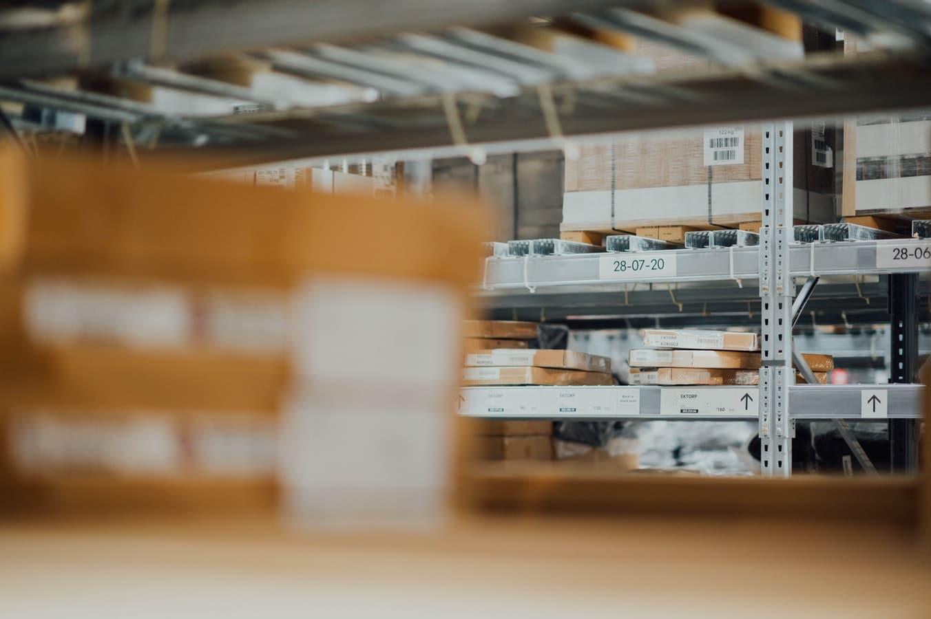 Cartons rangés dans les rayons d'un entrepôt logistique