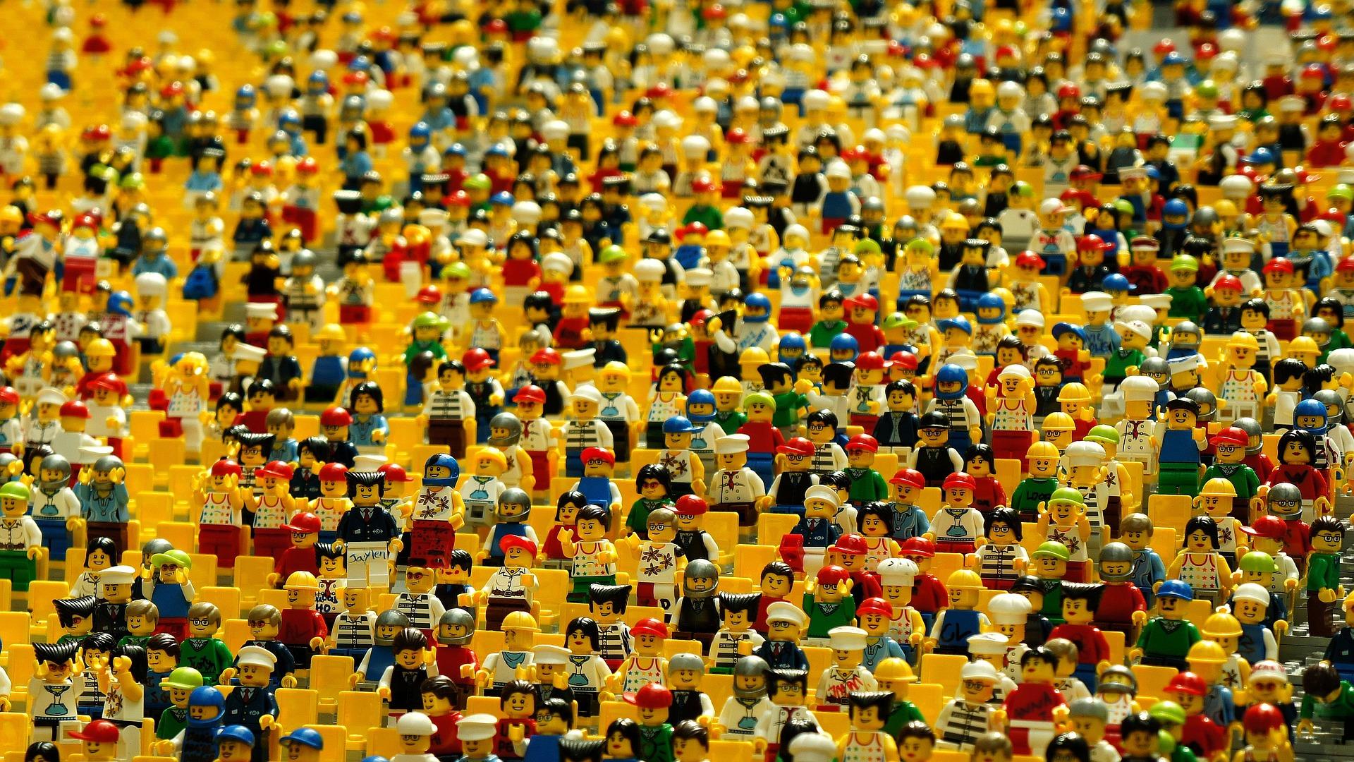 Des centaines de bonhommes lego créant une foule