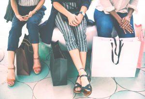 Femmes assises durant shopping