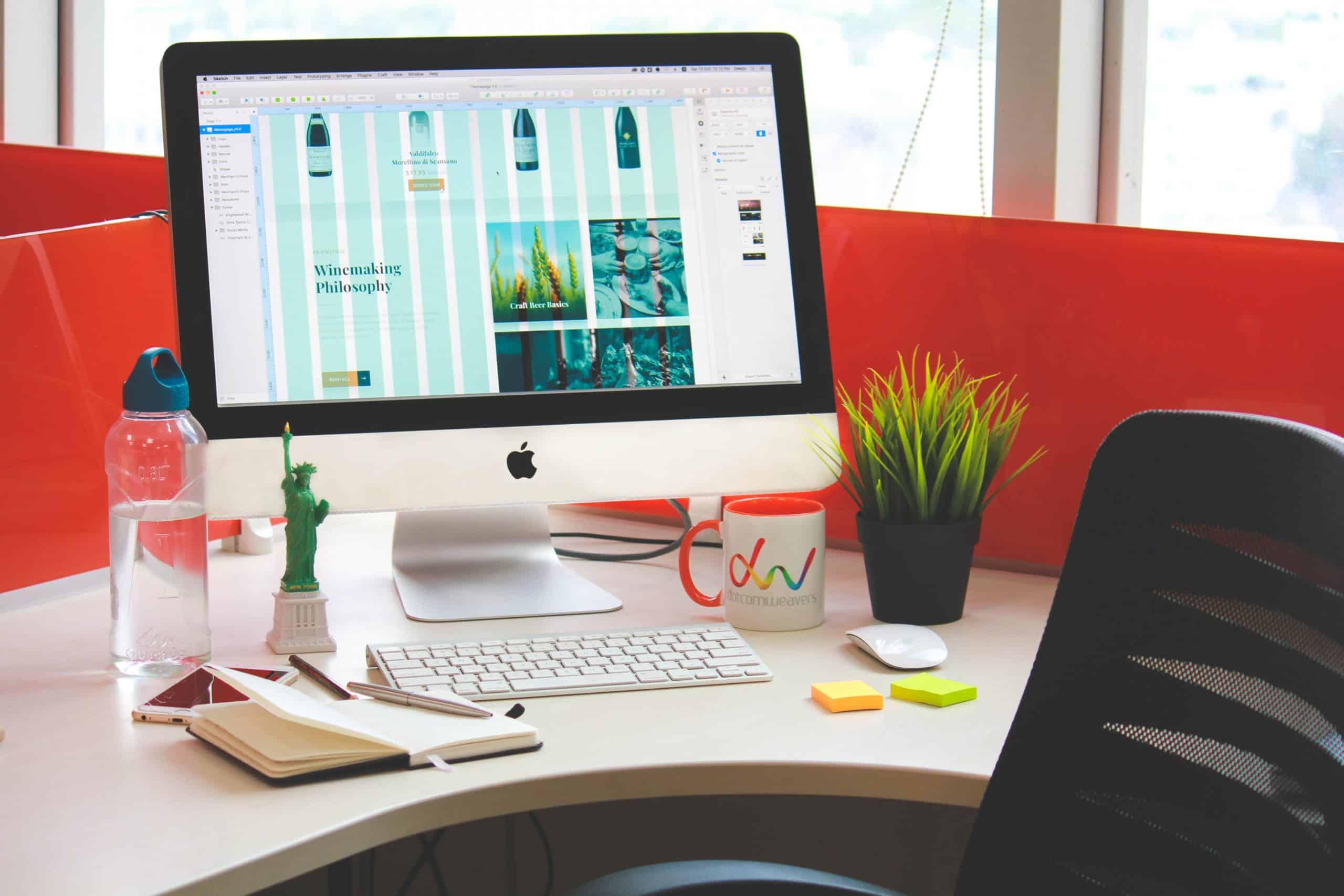 Salarié d'une entreprise avec une bouteille d'eau sur son bureau