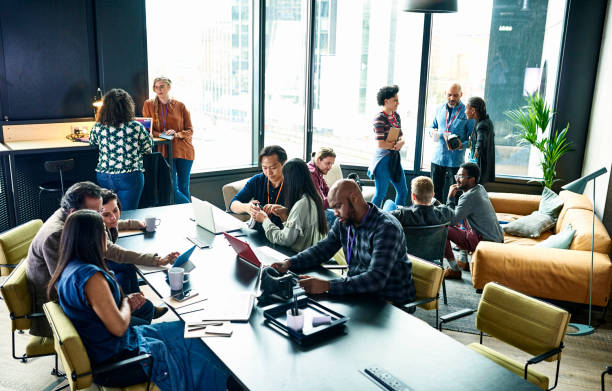 Salle de corpoworking avec plusieurs salariés qui travaillent ensemble