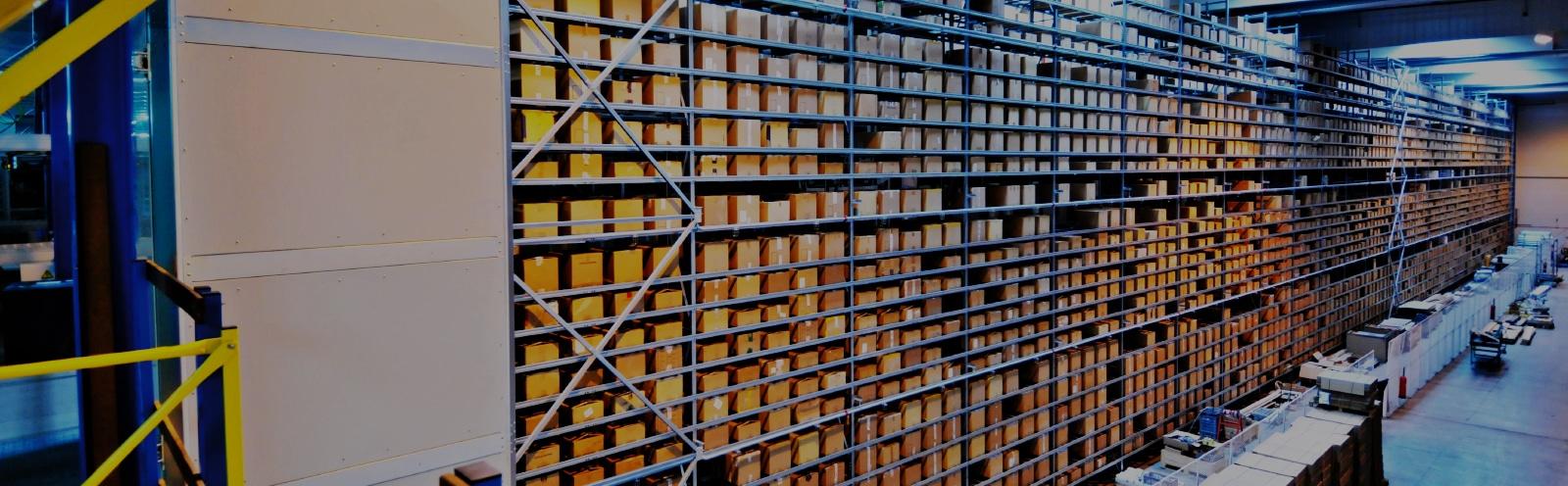 Milliers de colis empilés sur des rayons dans un entrpôt de stockage