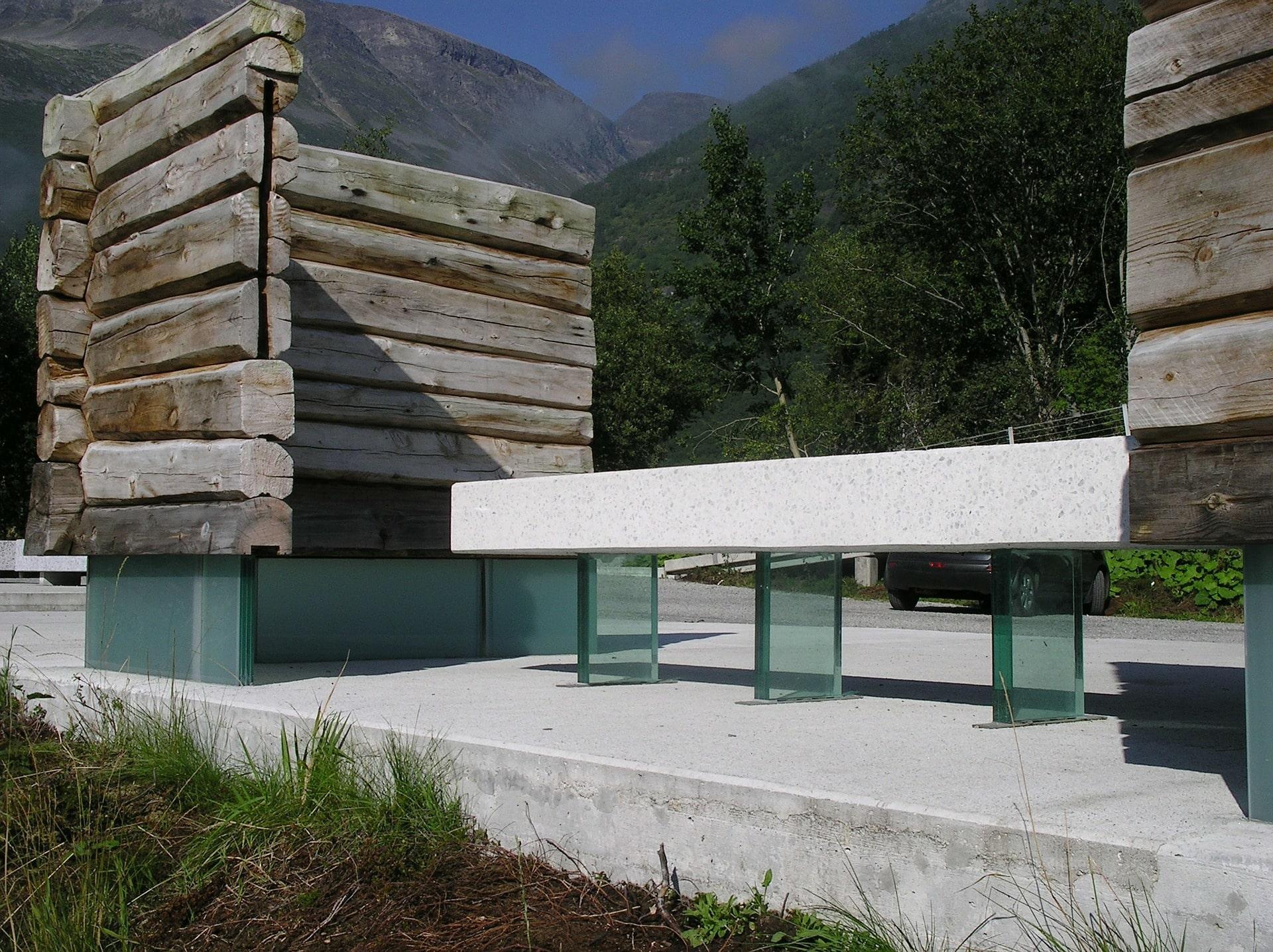 Banc moderne en pierre blanche et verre entouré de paravents en bois