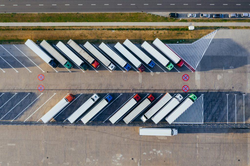 camions garés sur un parking