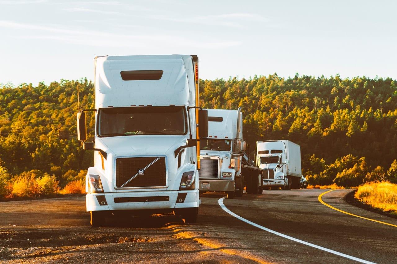 trois camions qui roulent les uns derrière les autres