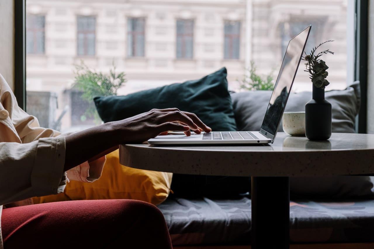 personne qui tape sur un ordinateur portable